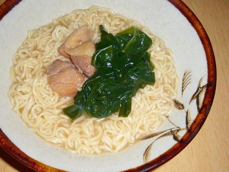 麺のスナオシ・豚骨醤油拉麺(鶏肉の煮物とワカメ)